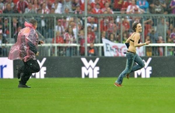 赛场惊现美女球迷裸奔