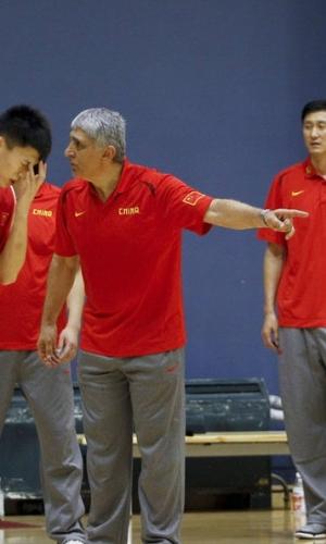 表情严肃的扬纳基斯在中国男篮首次公开课
