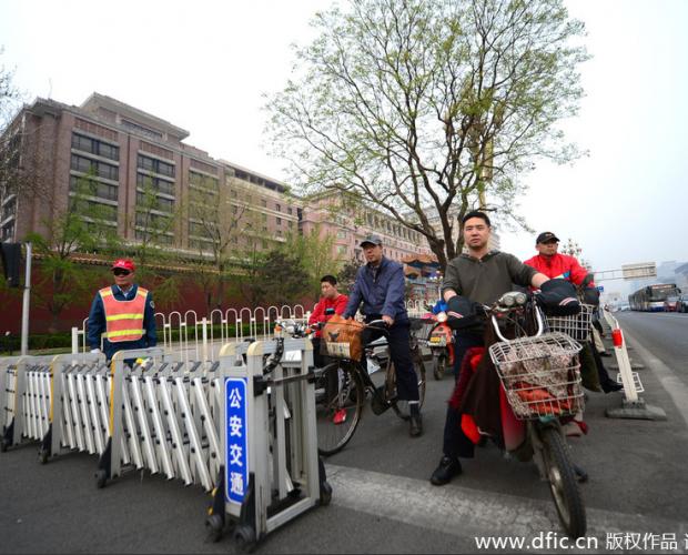 """""""史上最严""""交管设备:北京长安街设非机动车阻挡栅栏"""
