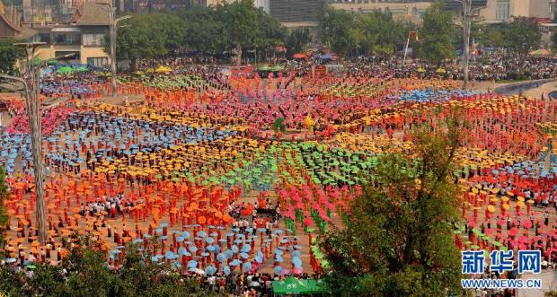 云南西双版纳万人跳伞舞 刷新世界纪录