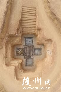 """图为:首次发现""""亚""""字形墓坑"""