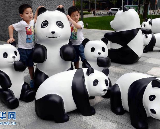 """百只""""熊猫""""霸占街头 萌态百出宣扬环保"""