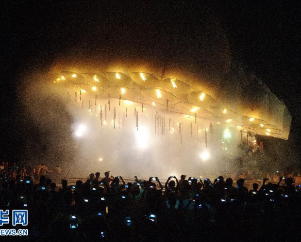 海南琼海村民成功放飞直径40米特大天灯