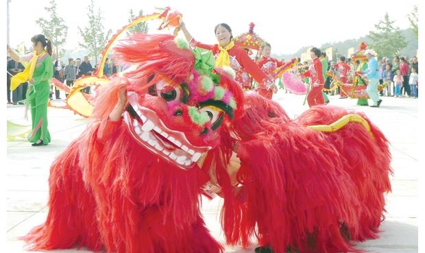 随州市乡音艺术团街头表演传统节目
