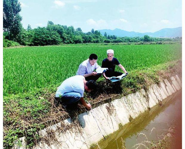 审计人员勘测灌渠