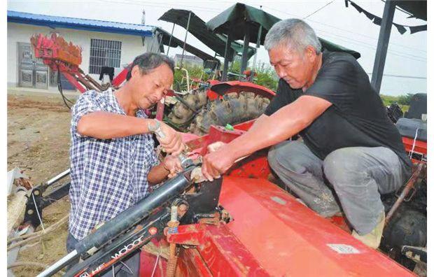 抢修农机,确保收割安全